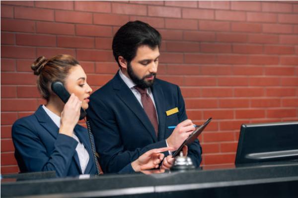 8 quy chế tiêu chuẩn trong công việc của lễ tân khách sạn