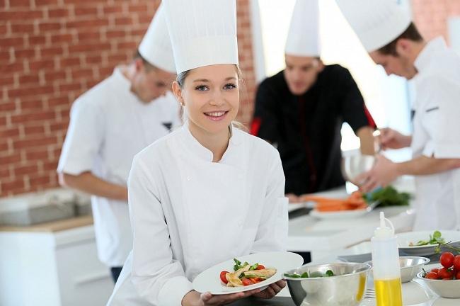 nên tìm việc đầu bếp trong khách sạn hay nhà hàng độc lập