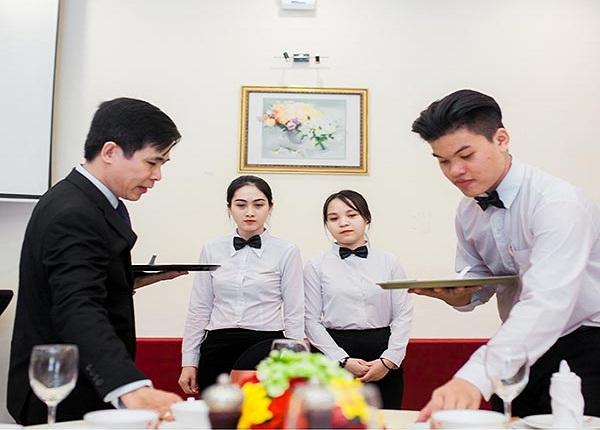 Quản lý nhà hàng nên đào tạo gì cho nhân viên phục vụ mới?