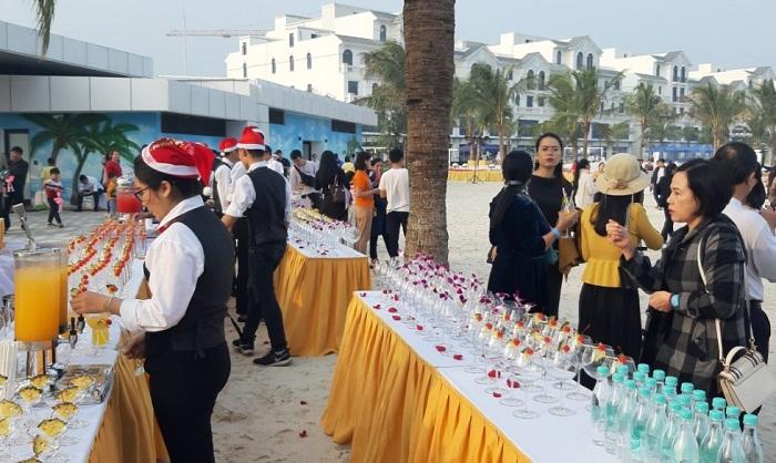 3 Giờ chạy đua thần tốc tổ chức thành công sự kiện bàn tiệc siêu dài tại Hà Nội