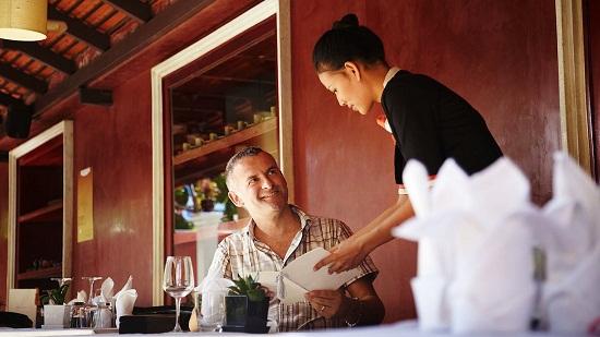 Kết quả hình ảnh cho phục vụ khách trong nhà hàng