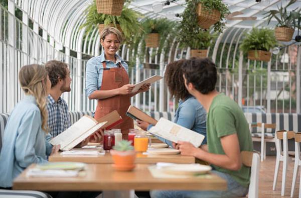 những điều nhân viên phục vụ nhà hàng chuyên nghiệp nên và không nên làm trong ca làm việc