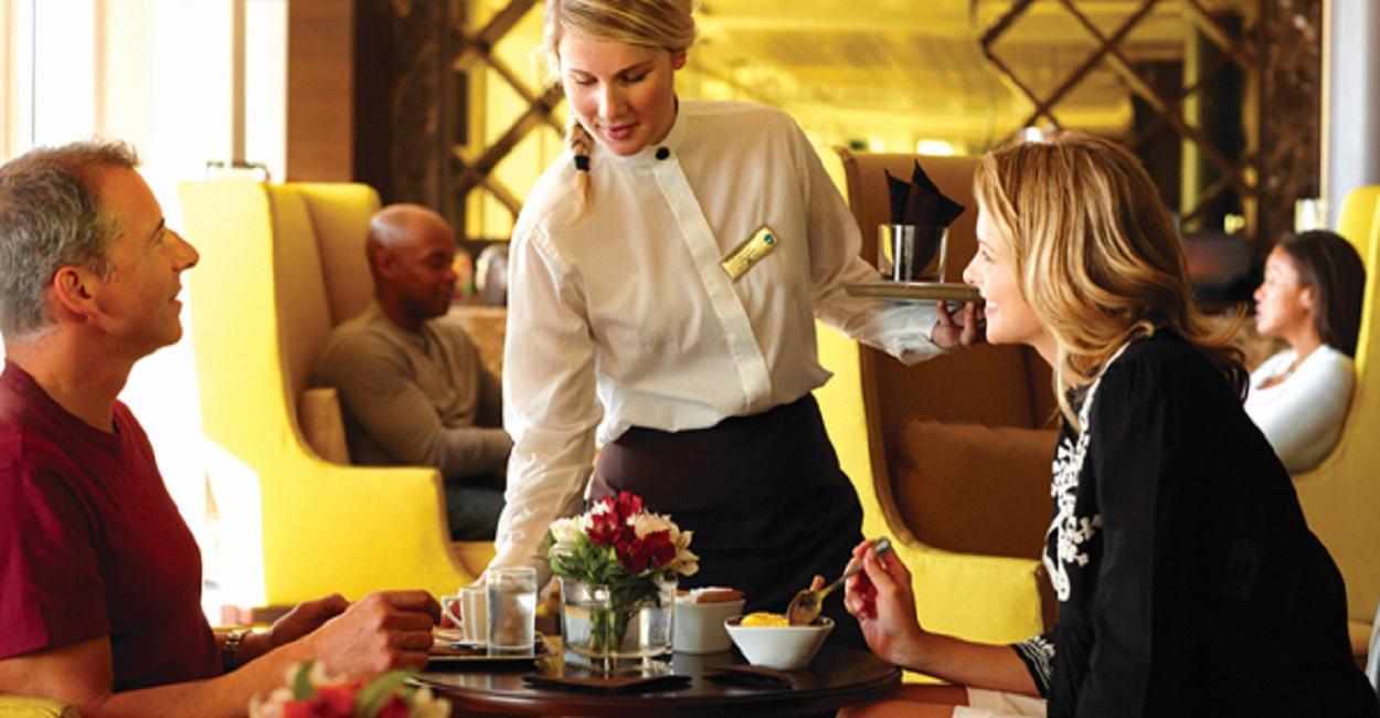Nhân viên phục vụ bàn khách sạn 5 sao thu nhập bao nhiêu?
